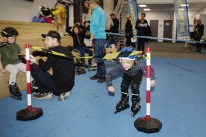 Olle Wikgren, 5 år, simmar och går på ishockeyskola. Det är första gången han testar inlines, men han har åkt skridskor förut.