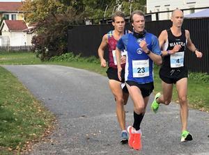 Linus Rosdal, Fredrik Uhrbom och Thomas Steven blev tvåa, fyra respektive trea i Åstadsloppet, men var alla drygt två minuter Jonas Nilsson som de valde att släppa direkt efter starten för att sedan aldrig hinna ikapp.