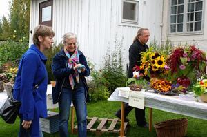 Gunhild Liss-Dalman kom etta i båda kategorier i vackraste bukett respektive skördekorg. Alla fick lämna bidrag och rösta på sin favorit. Foto:Seth Jansson