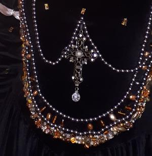 Korset var fastkedjat vid drottningens klänning. Foto: Privat