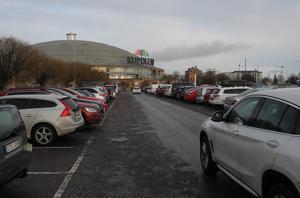 Trots i det närmaste fulla parkeringar rådde ändå ett relativt lugn inne i köpcentret Kupolen.