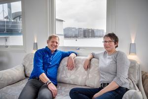 Peter och Helena Bergström har byggt till ett vardagsrum. Här har de fin utsikt åt alla håll. Bild: Vilhelm Stokstad / TT