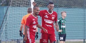 Jacke Eklund gratuleras av Alexander Awet efter sitt tredje mål.