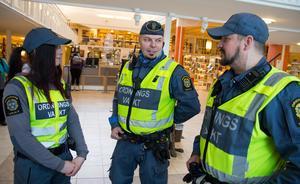 Historien om ordningsvakterna i Söderhamn börjar till stor del här, i biblioteket. 2015 hade problemet med missbrukare som drack alkohol här inne och stökade runt blivit så stort att kommunens politiker beslutade att införa ordningsvakter på prov.