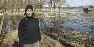 """""""Än lever vi med förbudet och hotet om vite. En liten oro känner jag fortfarande"""", säger Paula Pihlgren. Ettan, den första av sviten av dammar i Trädgårdsparken, har rensats på vass. Sothönorna och gräsänderna är kvar."""