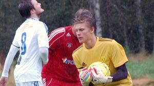 Arkivbild: En ung Oscar Jonsson plockar en boll under sin tid i Svegs IK.