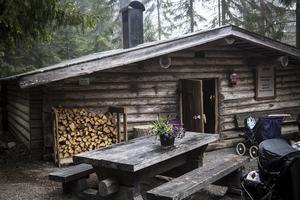 Vid skogskojan kan besökarna sätta sig ner  och vila efter promenaden runt Järvzoo.
