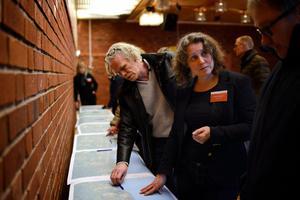 Efter mötet blev det många diskussioner vid kartbilderna av vägsträckningen. Kerstin Holmgren från Trafikverket och bakom henne syns Lasse Gidlund.