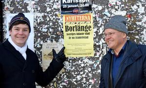 Arkitekturupprorets Eric Norin och Jerker Söderlind vid affischen som marknadsför debatten.