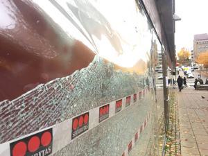 Sönderskjutet skyltfönster. Foto: Torbjörn Granström