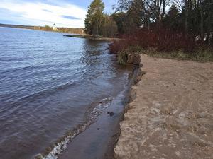 Idag är det återigen en hög skarp kant ner mot sjön istället för en sluttande strand.