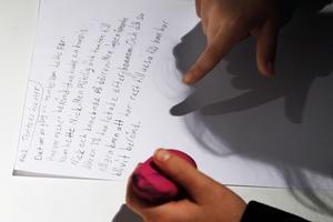 Ett barn på Berättarministeriet skriver sin historia.