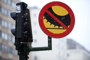 Skribenterna vill se ett förbud mot dubbdäck på Mälarbron, likt det som finns på Hornsgatan i Stockholm. Foto: Bertil Ericson/TT