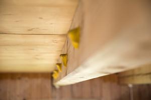 Klättergreppen är monterade på varsin sida om träbalken.