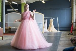 Emma Örtlunds resa liknar en askungesaga. Efter många år av mobbing har hon fått sina drömmars balklänning.