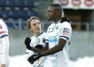 Foto: Gun Wigh.Gefle IF:s Erik Granat och Amadou Kalabane under en träningsmatch i våras, när de fick spela matcher.