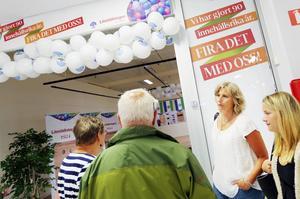 Länstidningens chefredaktör Viktoria Winberg samtalade med nyfikna besökare när utställningen öppnade på Kärnan.