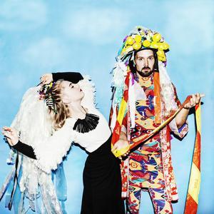 Mother mink består av Fanny Wistrand och Johan Axelsson, men är desto fler på scen när de uppträder live.