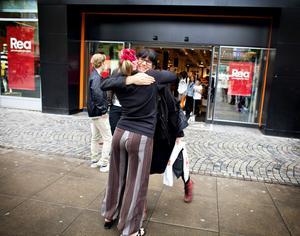 Jenny Lundberg tycks uppskatta att få en gratis kram av Elin Höglund.