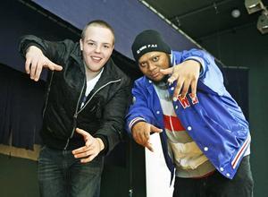Vet hur hiphop ska göras. Fredric Hallgren och Jacob Sjöberg är hiphopartisterna F–the Rex och Kid Jesus. Nu ska de lära Hofors ungdomar hemligheten bakom den rappande musikstilen.