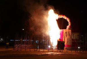 Flickvännen stannade kvar och fotograferade brandförloppet medan hennes pojkvän sprang efter bockbrännaren. Personen till vänster i bild är en av vakterna.