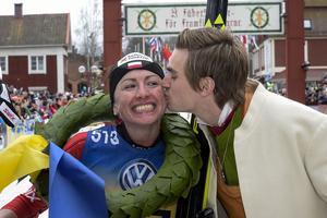 Justyna Kowalczyk, Polen vinner damklassen och får en puss av kransmasen Victor Gustafsson Vasaloppet 2015.