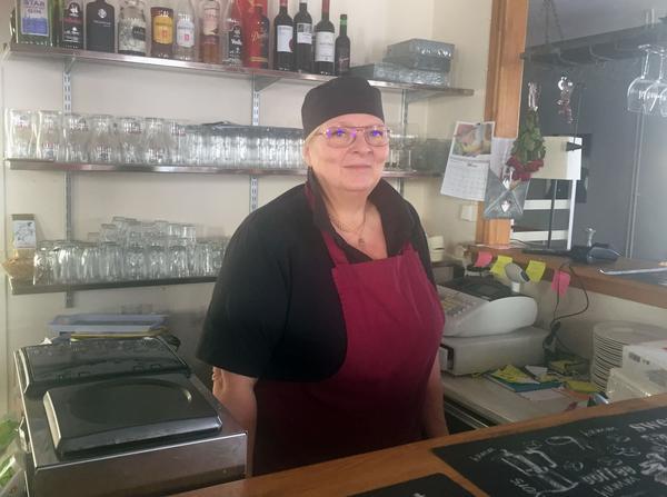 Lotta Myhr har öppnat restaurang i Folkets hus i Ytterhogdal.