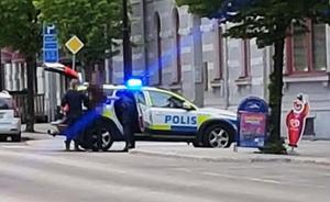 Poliser var synliga på bland annat Köpmangatan i samband med händelsen.
