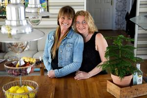 Katarina Åkerberg och Sara Sidén har varit vänner hela livet. Nu fyller de femtio år med tre dagars mellanrum.