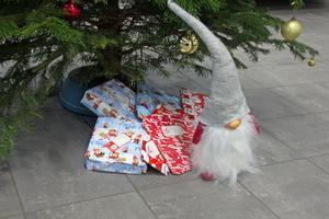Det har redan hunnit samlas några julklappar under granen. Per-Arne Arnberg hoppas på många fler.