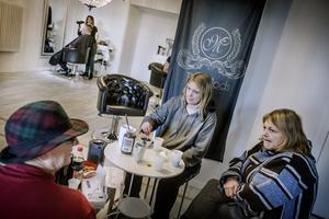 Lyxigt avbrott i vardagen. Ing-Britt Kindborg, Jenny Wallström och hennes mamma, Louise Wallström, tog en fika medan de väntade på sin tur.