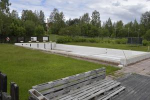 Tidigare år en oas med badande men nu öde. Det är det tempererade badet vid Åsens gamla skola.