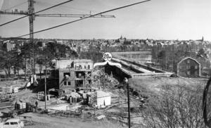 I augusti 1969 togs det första spadtaget. I maj 1970 hade brobygget kommit så här långt. Foto: ÖP:s arkiv