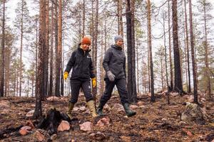 Therese Jonsson på Furulundskolan (till höger) tog kontakt med länsstyrelsen och Hanna Triumf som bland annat jobbar med naturbränningar, för att hålla i lektion ute på den tidigare brandplatsen.