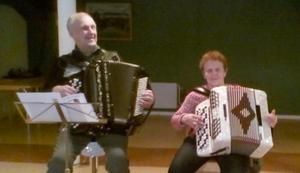 Nils-Ivar Eriksson och Edith Sjöström var musikanter på julgransplundringen. Foto: Thomas Stensson