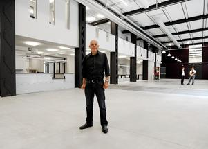 Carl-Magnus Gagge synar det nya museilokalerna på Karlsgatan 2 2010. Foto: Alf Pergeman