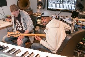 Kreativ producentduo. Daniel Jobark och Kevin Dennis har jobbat ihop sedan i somras.