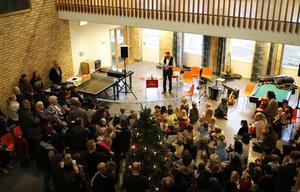 Många barn och föräldrar hade tagit sig till Vallaskolan under söndagseftermiddagen.