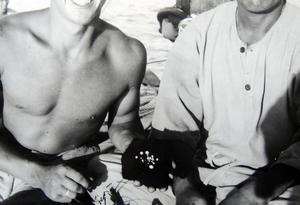 En leende Kent Sjögren visar upp några pärlor man funnit.