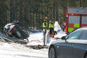 Bilen kraschades på E4 vid 11-tiden på tisdagen. Bild: Roger Nilsson
