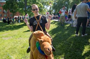 Clowner mot Nazister närvarade vid Ludvika Pride. Här Elias Lundin med kamel-maskoten Pertan.