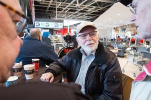 """Pensionärsgänget sitter alltid på bestämda platser vid bordet på fiket. """"Jag sitter nästan alltid med ryggen mot folket som går förbi, om det kommer någon som man är skyldig nåt"""", säger Sune Rönneblad och skrattar."""