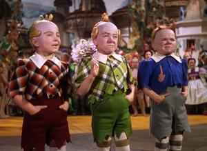Den märkliga småväxta befolkningen i landet Oz.  Foto: Folkets Hus & Parker