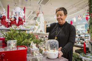 Hos butiken Rummet i Birsta säljer man många tomtar och ljusstakar inför julen. Butikschefen Maggan Jönzén väntar sig många kunder under Black Friday.