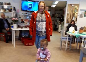 Lilla Keira blev publikens favorit vid modevisningen hos Röda Korset i Arbrå. Foto: Birgitta Andersson.