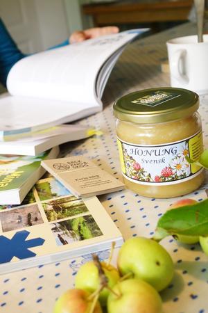 Honung, äpplen och naturvårdsböcker – några ord som beskriver tillvaron för Karin Bäck.