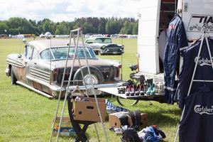 Kring den gamla  Oldsmobilen byggs en mincirkus full av retrogrejer upp.