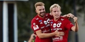 Erik Björndahl jublar med Viktor Götesson 1–0-målet Landskrona på bortaplan i superettan.