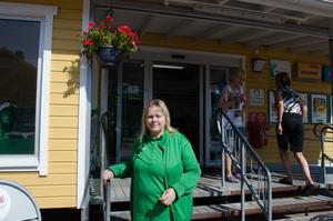 Ulrika Thorell har gott om kunder i butiken på Sollerön på somrarna.