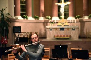 Ellen Johansson spelar här Andante av Mozart.